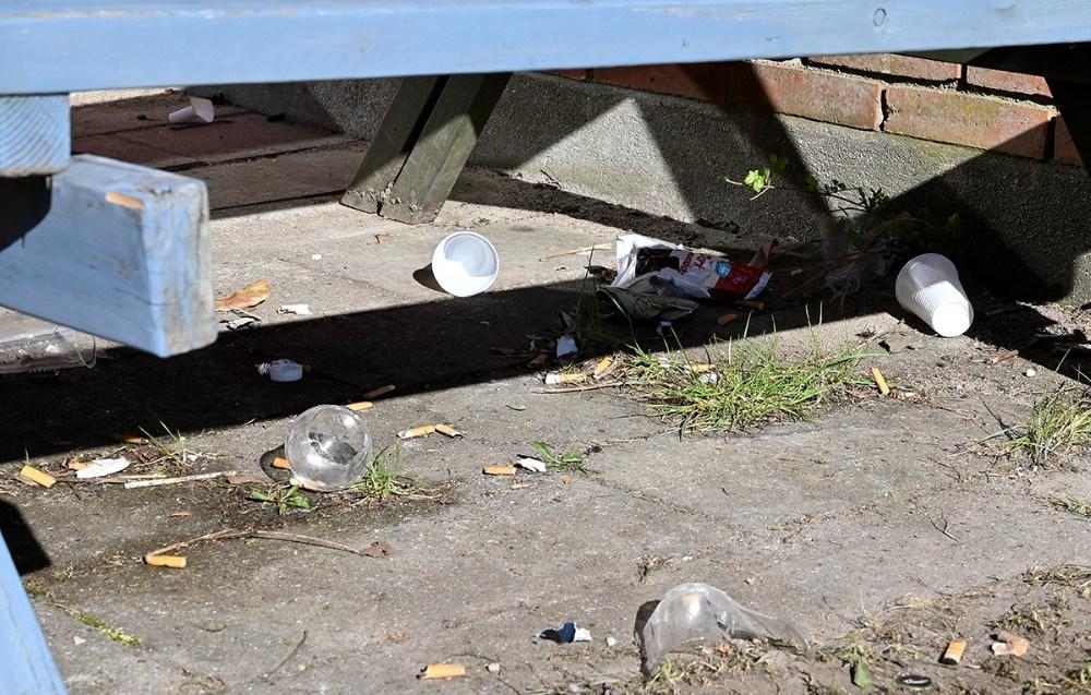 Udover at to pulverslukkere er tømt, flyder området med affald efter at unge var samlet ved skolen onsdag aften. Foto: Jens Nielsen