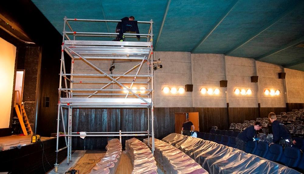 Fra et stillads bliver loftet støvsuget. Foto: Jens Nielsen