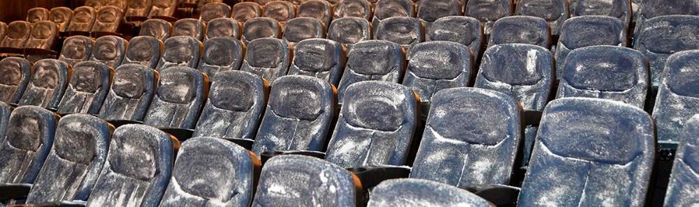 Biografstolene er blevet gnedet ind medet tørt rengøringsmiddel, derefter bliver de støvsuget og tørret af med en klud. Foto: Jens Nielsen