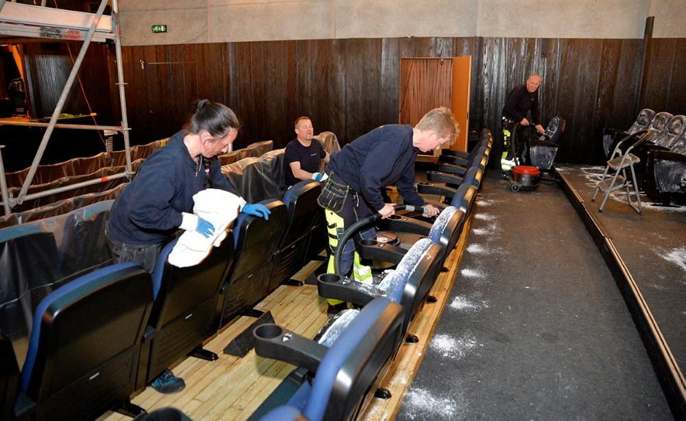 10 mand fra et skadeservicefirma arbejder på højtryk i biografen. Foto: Jens Nielsen