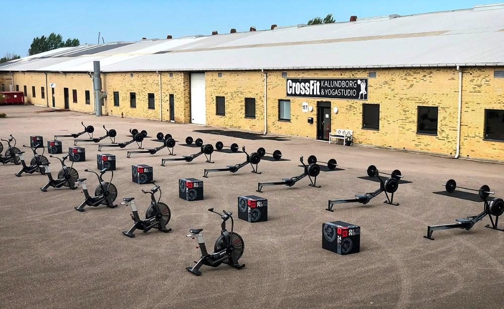 CrossFit Kalundborg har rykket udstyret udendørs og tilbyder nu mere end 20 forskellige hold. Privatfoto