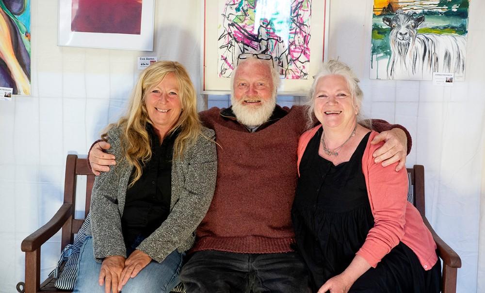 De tre kunstnere der udstiller på Værftet i Havnsø er fra venstre, Eva Aamo, Olejørk Olsen og Johnna Fredskov. Foto: Jens Nielsen
