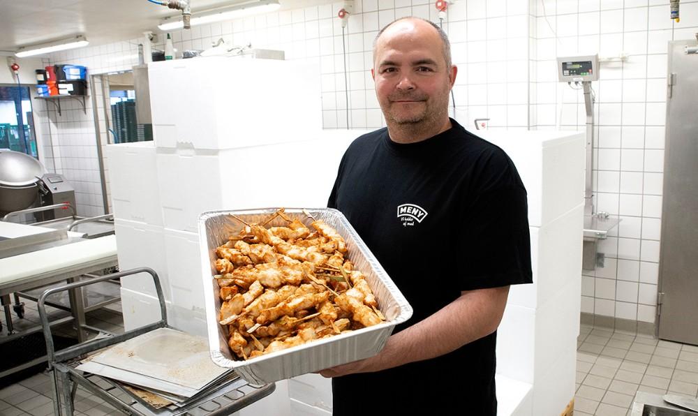 Søndag til frokost skulle der leveres 3500 kyllingespyd, her slagtermester Jonas Kristensen. Foto: Jens Nielsen