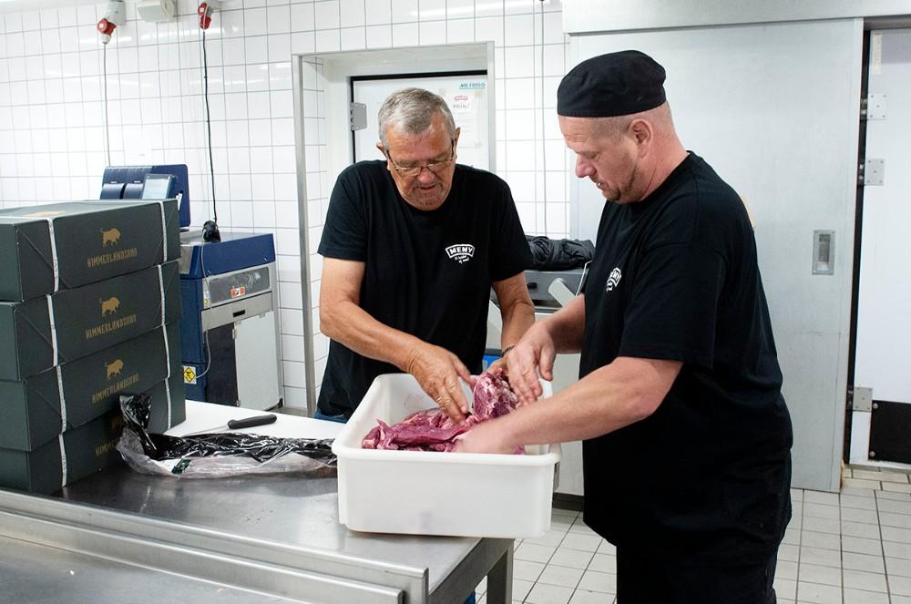 Kok Jens Andersen og Pølsemager Brian Andersen gør klar til at hakke kød fra Himmerlandskød. Foto: Jens Nielsen