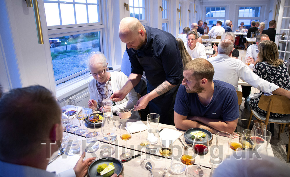 Henrik Jyrk serverer for gæsterne i forbindelse med finalen i Bedst på Sjælland. Foto: Jens Nielsen