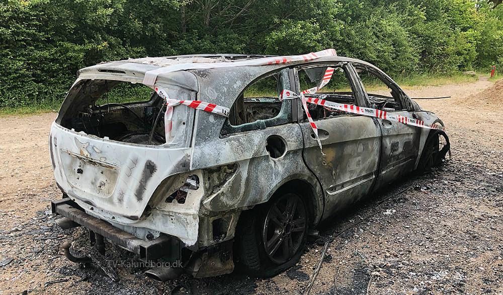 Personbil udbrændte i nat på Lerchenfeldvej i Kalundborg. Foto: Gitte Korsgaard.