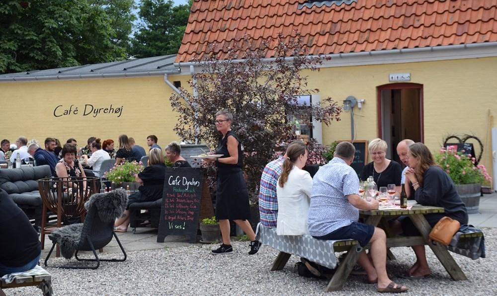 Fredag aften var der fuldt hus tilmusik og god mad på Café Dyrehøj. Fotos: Gitte Korsgaard.