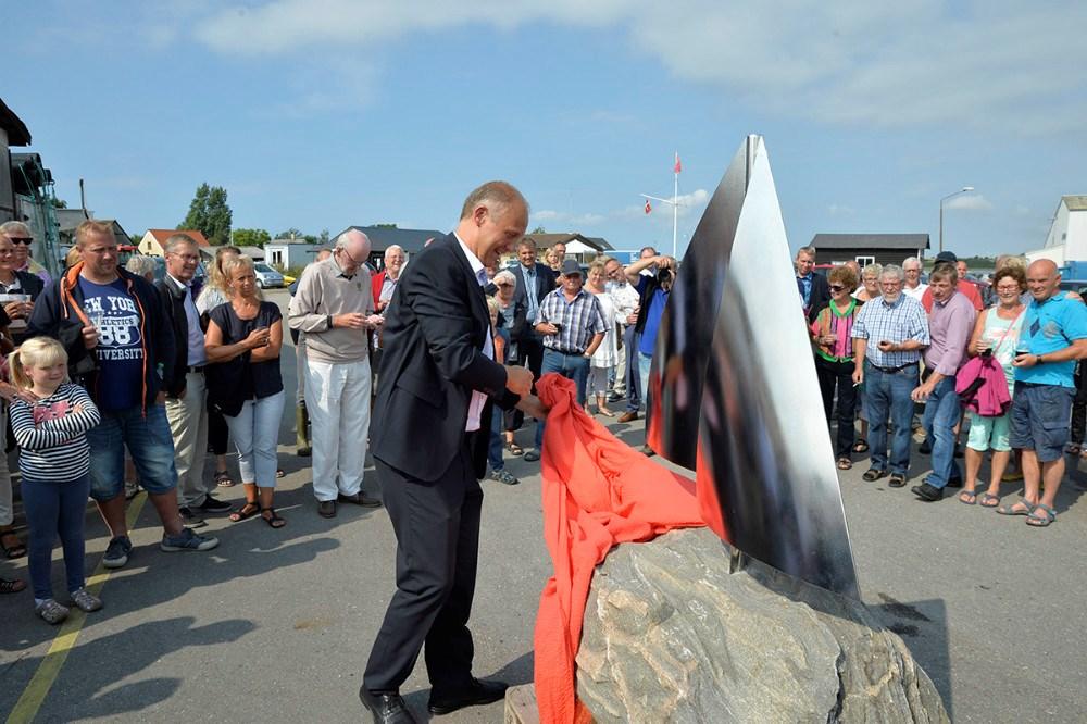 Martin Damm afslørede den flotte skulptur. Foto Jens Nielsen