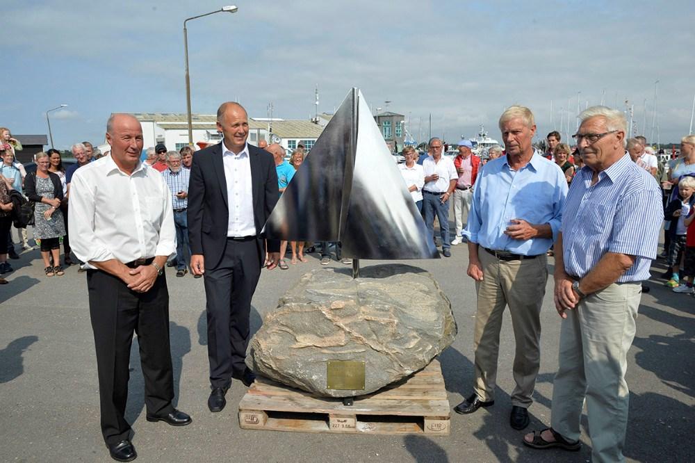 Borgmester Martim Damm sammen med bestyrelsesmedlemmerne Johnny Lihme, Arne Sørensen og Svend Pedersen ved den nye skulptur. Foto Jens Nielsen