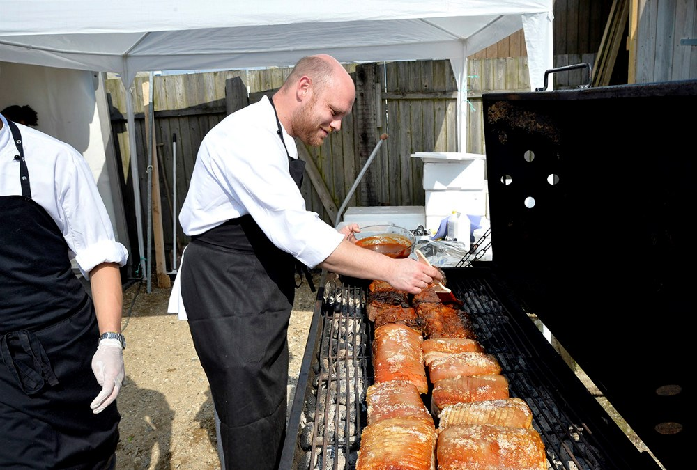 Jens Reinhard Nielsen fra Reersø Kro stod for maden til festen lørdag aften. Foto Jens Nielsen