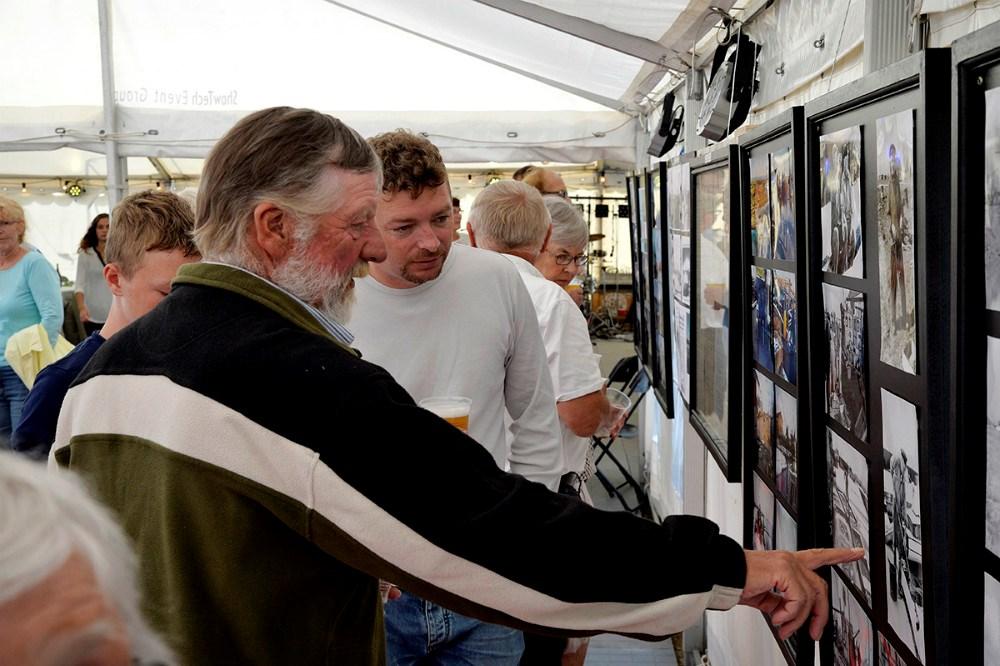 Der var stor interesse for billedudstillingen der fortalte havnens 100 års historie. Foto Jens Nielsen