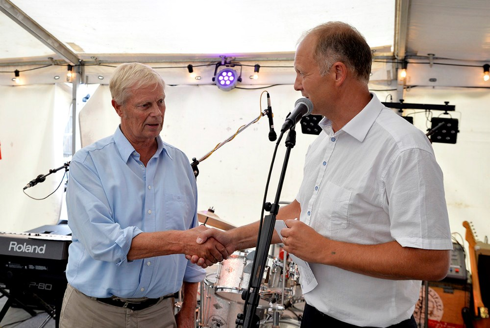 Borgmester Martin Damm overrakte kommunens gave til bestyrelsesformand Arne Sørensen. Foto Jens Nielsen