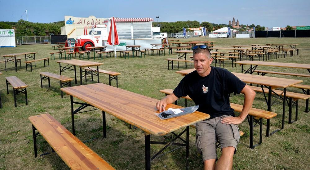Johnny Elmelund, talsmand for Kalundborg Rock´er i det nye område med borde og bænke. Foto: Jens Nielsen