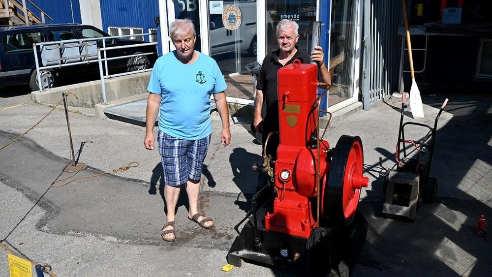 Poul Henrik Blasen Nielsen og Hardy Bruun startede en gammel Bukh motor fra 1933 lørdag formiddag.  Foto: Jens Nielsen