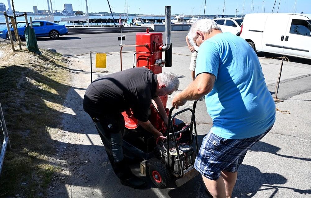Den gamle Bukh motor blev startet op lørdag formiddag. Foto: Jens Nielsen
