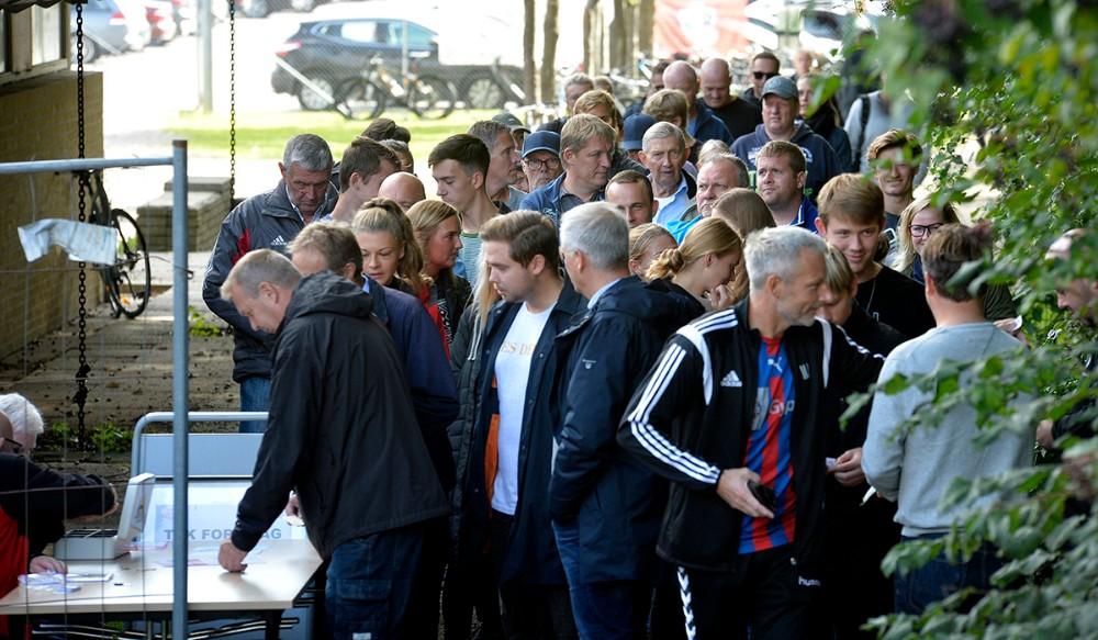 Det er mange år siden at publikum har stået i kø for at komme til fodbold i Munkesøen. Foto: Jens Nielsen