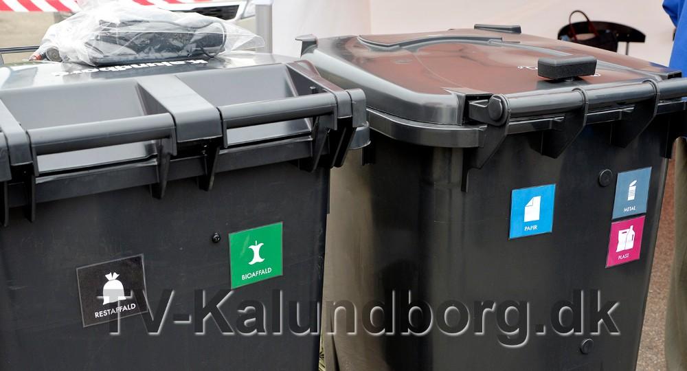 De nye beholdere har påsat piktogram så der ikke er tvivl om hvor de forskellige fraktioner skal ned. Foto: Jens Nielsen