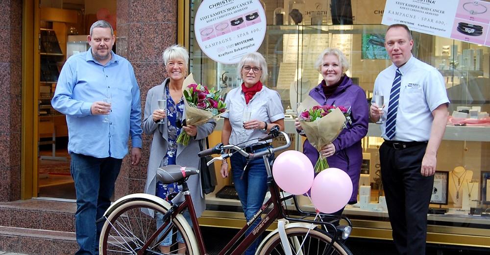 De heldige vindere sammen med Kirsti Thygesen, varehuschef Kvickly Kalundborg, guldsmed GlennSwärd og Dennis Larsen, Føtex Kalundborg. Foto: Jens Nielsen
