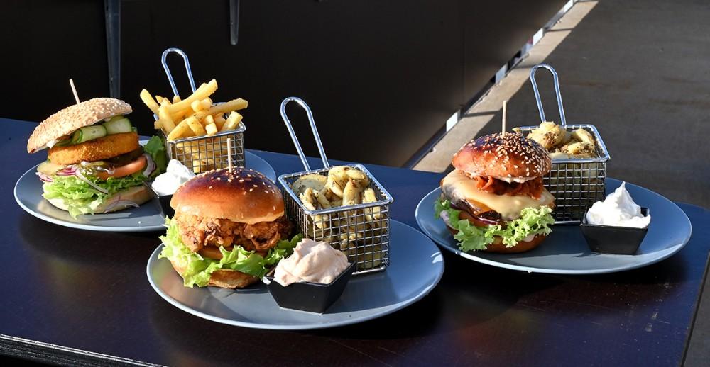 Her tre af de fire varianter af lækre burgere som Asgers Bar nu tilbyder. Foto: Jens Nielsen