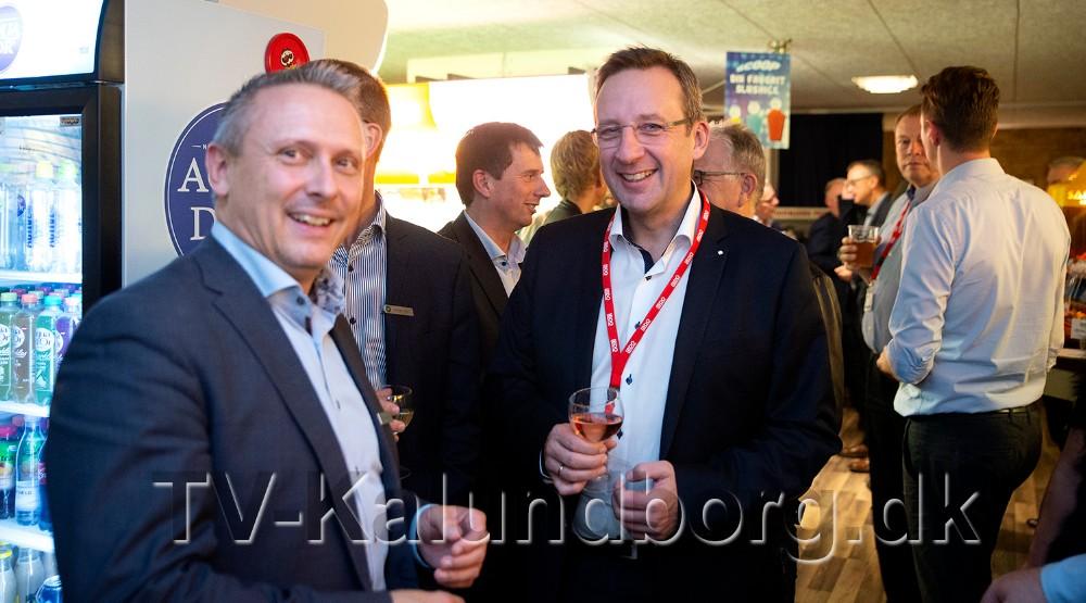 Revisor Peter Westergaard (i midten), her sammen medKoksby Hansen, filialdirektør i Sparekassen Sjælland-Fyn Kalundborgafdeling. Foto: Jens Nielsen