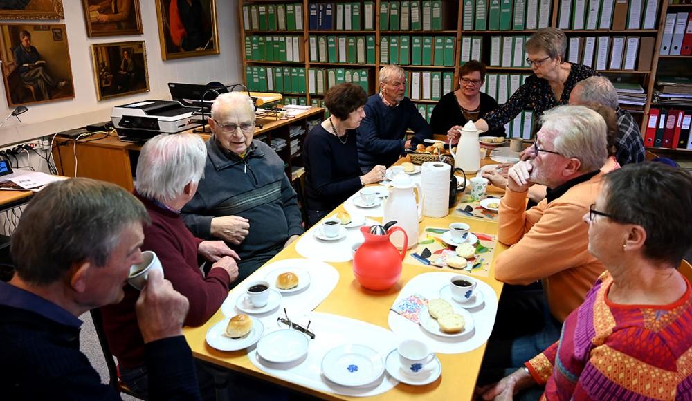 Der er kaffe og nybagte boller og masser af gode historier fra dengang. Foto: Jens Nielsen