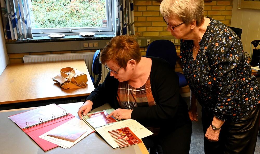 Gitte Nordbo Keller skriver navne på et gammelt klassebillede. Foto: Jens Nielsen