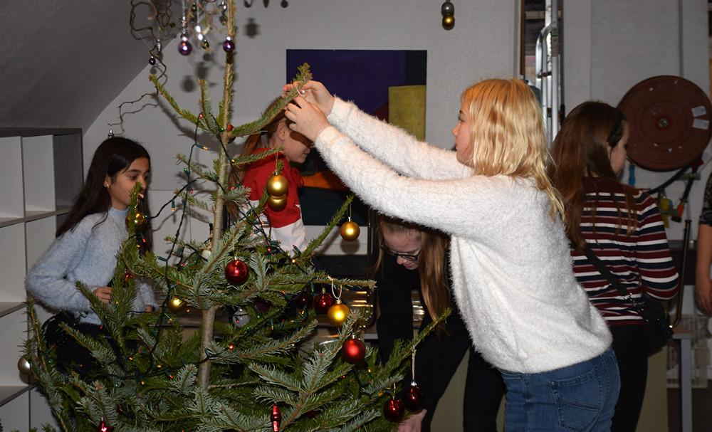 6.B fra Høng Skole var mandag formiddag forbi Medborgerhuset i Kalundborg for at aflevere 163 julegaver bl.a. til husets brugere.Foto: Gitte Korsgaard.