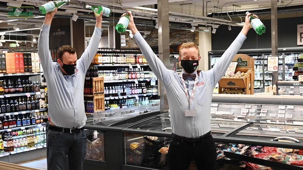 De to Meny-købmænd Michael og Peter, i gang med øvelserne midt i butikken. Foto: Jens Nielsen