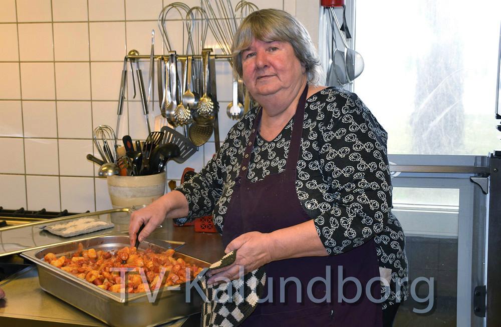 Marianne Madsen er i gang i køkkenet i Kalundborg Medborgerhus. Foto: Gitte Korsgaard