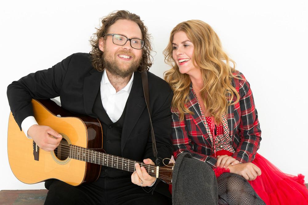 Lone Wernblad og Benjamin Aggerbæk underholder på Musisk Skole i Kalundborgmed gode historier, sang og musik.
