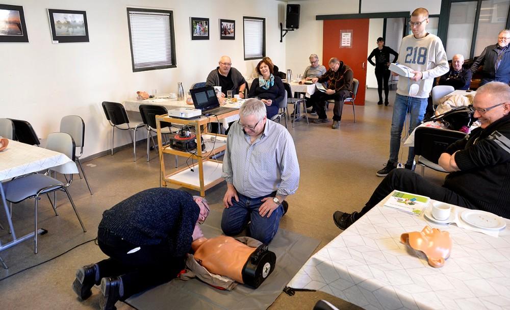 14 deltagere brugte en hel lørdag for at blive uddannet som førstehjælper. Foto: Jens Nielsen
