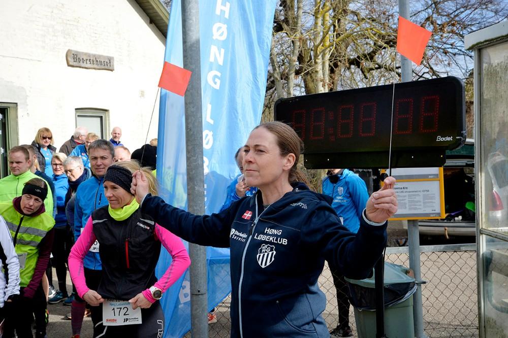Kristine Ruus fra Høng Løbeklub bød velkommen og informerede om løbet. Foto: Jens Nielsen