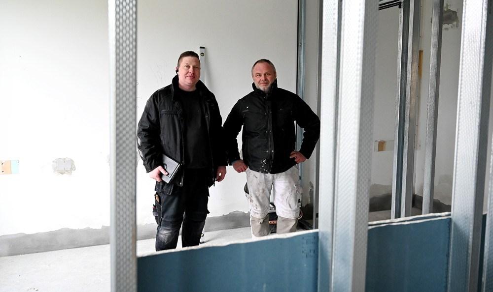 Jesper S. Jensen fra Jespers VVS og tømrermester Martin Lindberg-Larsen, sidstnævnte er byggeleder på det store projekt. Foto: Jens Nielsen