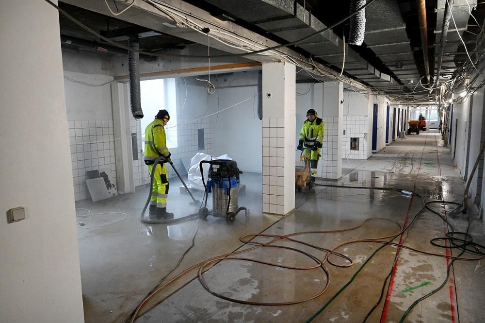 Overalt i det gamle sygehus er håndværkerne i gang, her i kælderen, hvor der skal gravesud til nye kloakker. Foto: Jens Nielsen