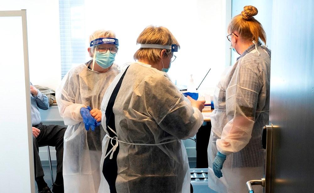 Lise Anhøj, til venstre i billedet, sammen med kollegaer i vaccinecentret i Kalundborg. Foto: Jens Nielsen