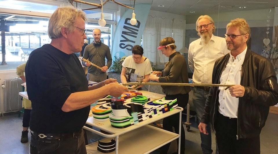 Donationen blev overrakt afFrank Jørgensen Due fra Rotary Kalundborg tilSymb s formand Søren Mariegård. Privatfoto