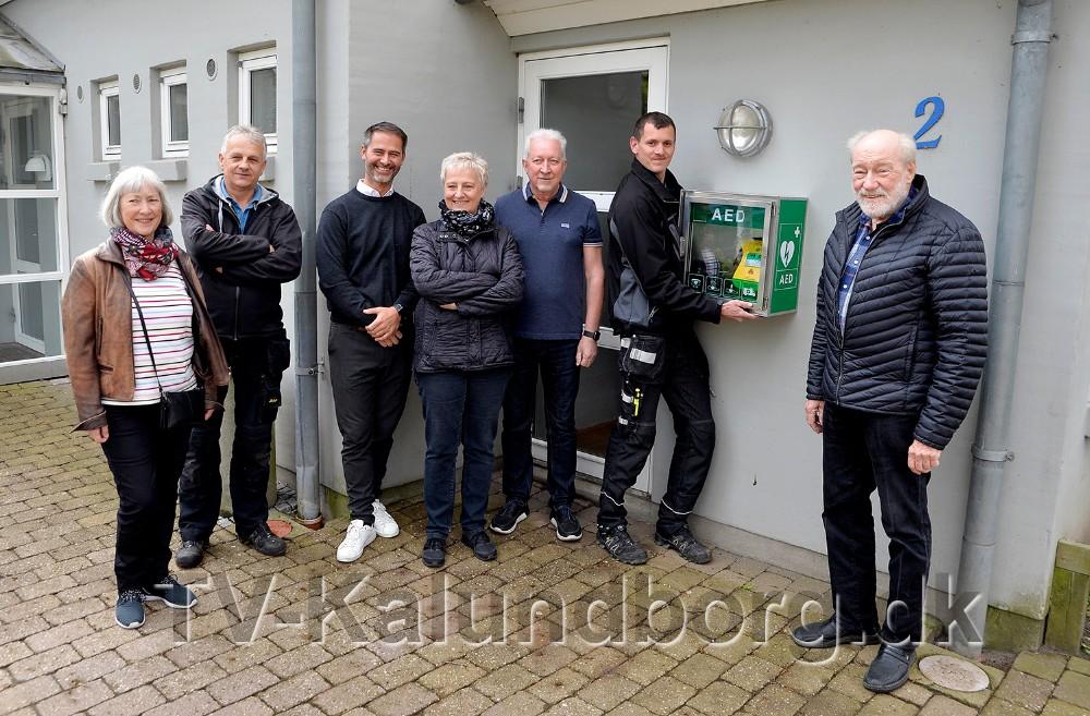Bestyrelsesmedlemmer, elektriker, funktionærer og Vestsjællands Brandvæsen var fredag samlet da formand for KAB, Richard Poulsen, præsenterede det nye hjertestarter projekt. Foto: Jens Nielsen