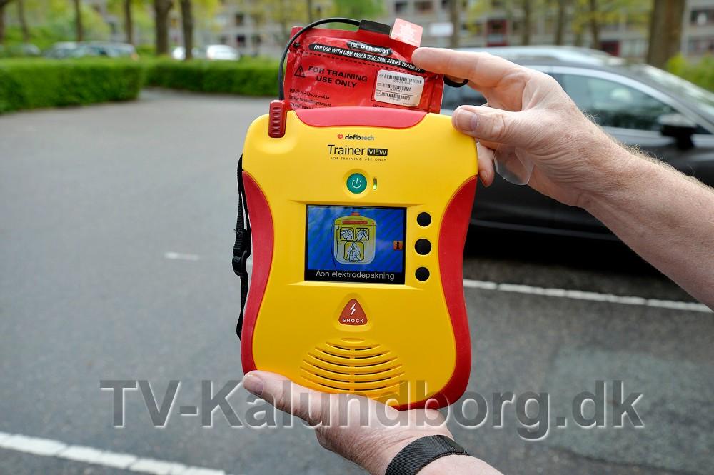 Hjertestarteren som er valgt er med en lille videoskærm, som viser hvad man skal gøre. Foto: Jens Nielsen