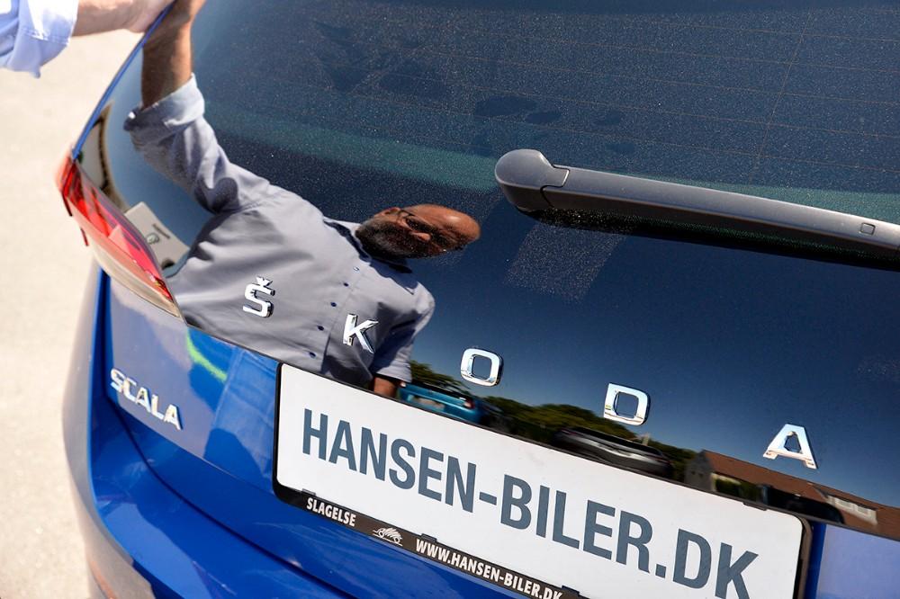 Den forlængede glasbagklap, hvor Skoda står skrevet med bogstaver, får Scala til at skille sig ud fra mængden af familiebiler. Foto: Jens Nielsen