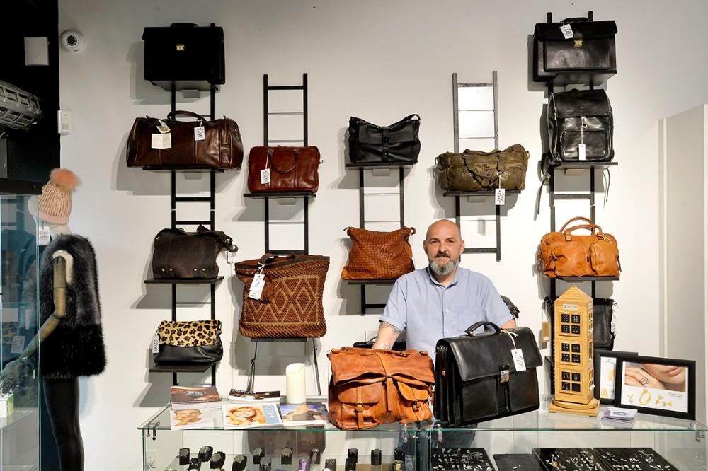 Forretningen også et stort udvalg i lækre italienske tasker.Foto: Jens Nielsen