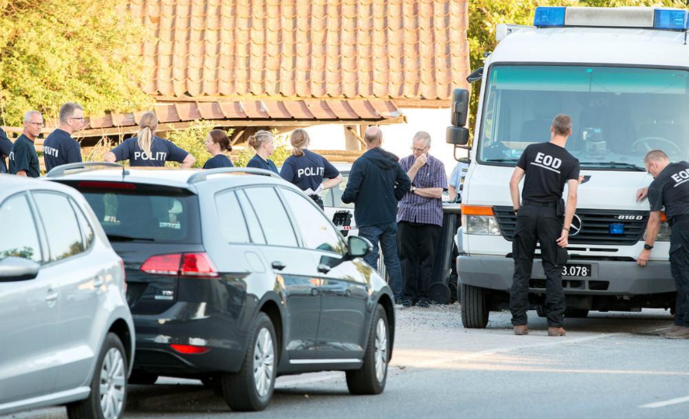 Politi foran huset i Mullerup, hvor den 29-årig mand blev dræbt søndag morgen. Foto: Jens Nielsen.