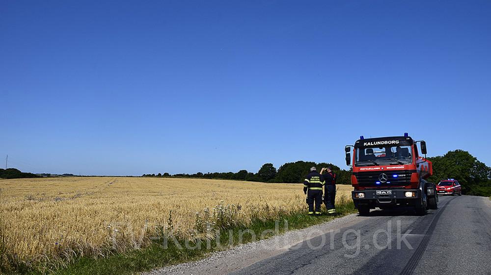 Vestsjællands Brandvæsen blev onsdag tilkaldt i forbindelse med brand i en mark på Lerchenfeldvej i Kalundborg.