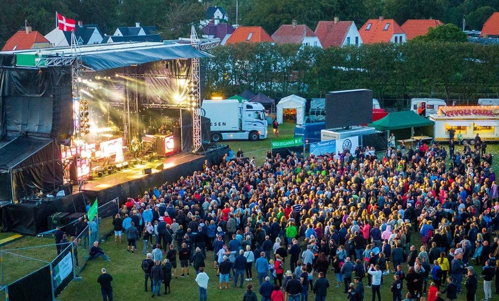 Mange var mødt op for at få en musikoiplevelse med Gangs. Foto: Multidroner.dk