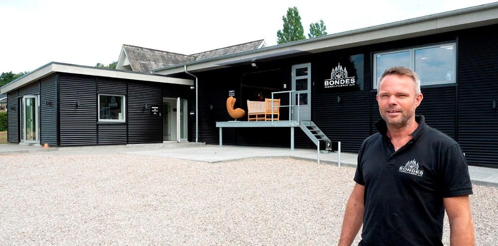 Jimmy Bonde foran den nye og moderne møbelfabrik. Foto: Jens Nielsen