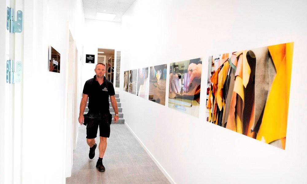 Når kunderne kommer ind bliver de mødt af en række flotte billeder fra produktionen. Foto: Jens Nielsen
