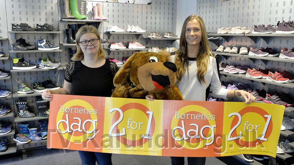 Natasja Eggeling og Luna Hilkjær Søltoft sammen med hunden Skofus, som kan vindes. Foto: Jens Nielsen