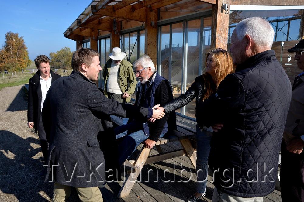 Jacob Jensen (V) og Rasmus Horn Langhoff (A), besøgte onsdag eftermiddag Røsnæs, for at mødes med protestgruppen imod en motorvej ud over Røsnæshalvøen. Foto: Jens Nielsen
