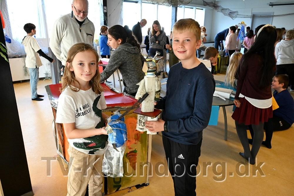 Eleverne har også lavet kunst af plastic og affald, her er det Emil og Malte fra 4. klasse. Foto: Jens Nielsen
