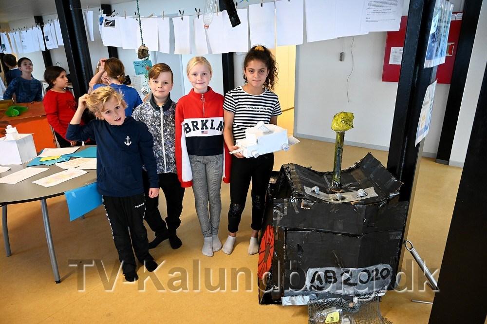 Hjalte, Thilde, Kean og Ayah M. med deres løsning på en skraldeopsamler. Foto: Jens Nielsen
