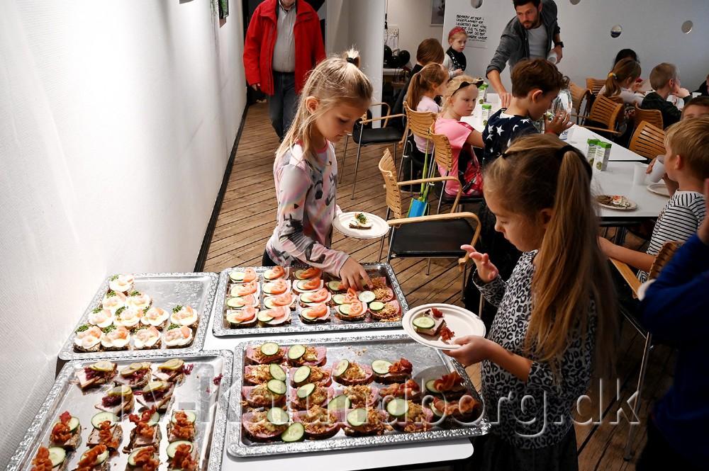 Kvickly bød på mad efter at eleverne havde dekoreret børnehjørnet. Foto: Jens Nielsen